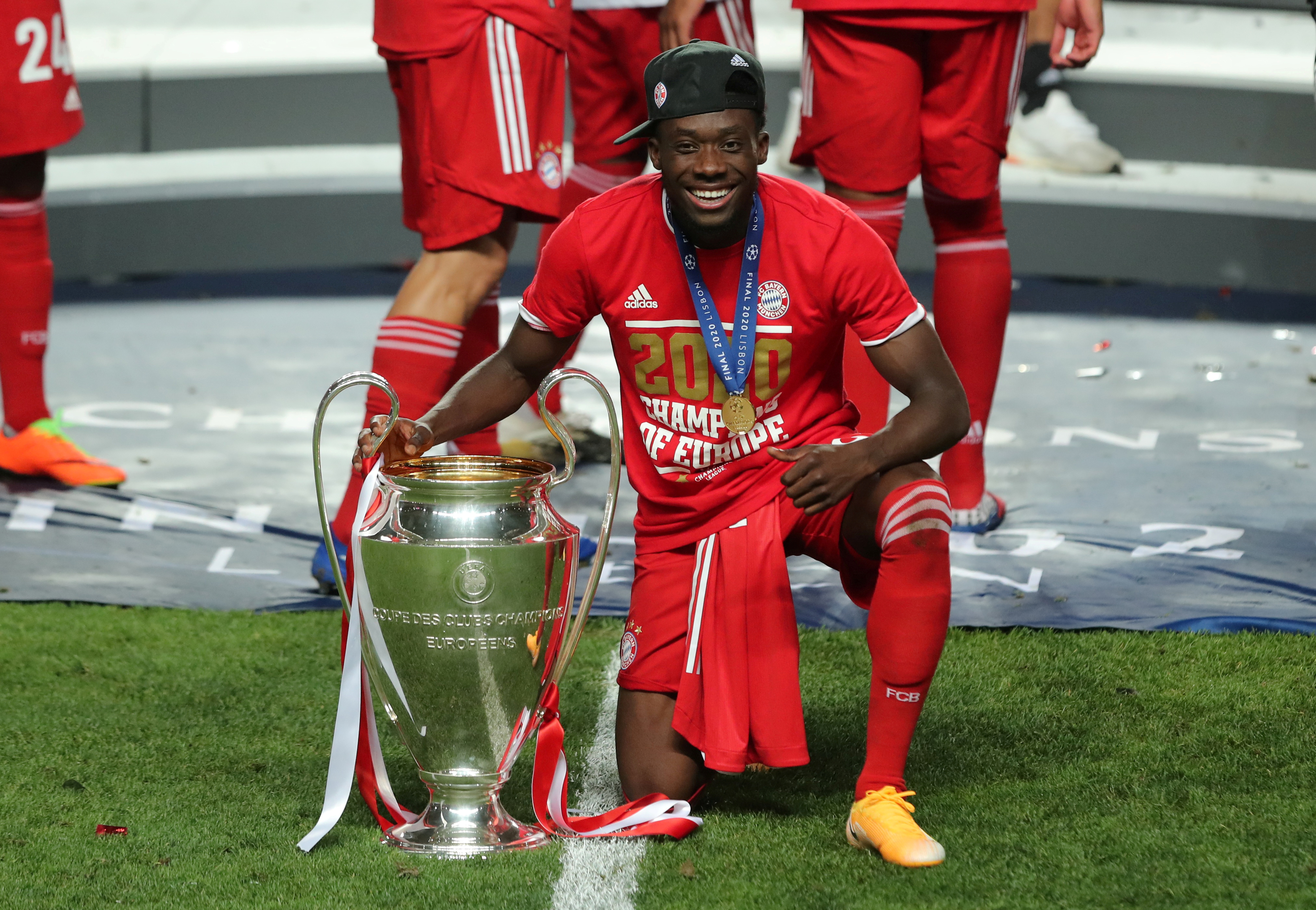 Bayern Munich's Alphonso Davies poses as he celebrates winning the Champions League with the trophy, as play resumes behind closed doors following the outbreak of the coronavirus disease (COVID-19). Photo: Reuters