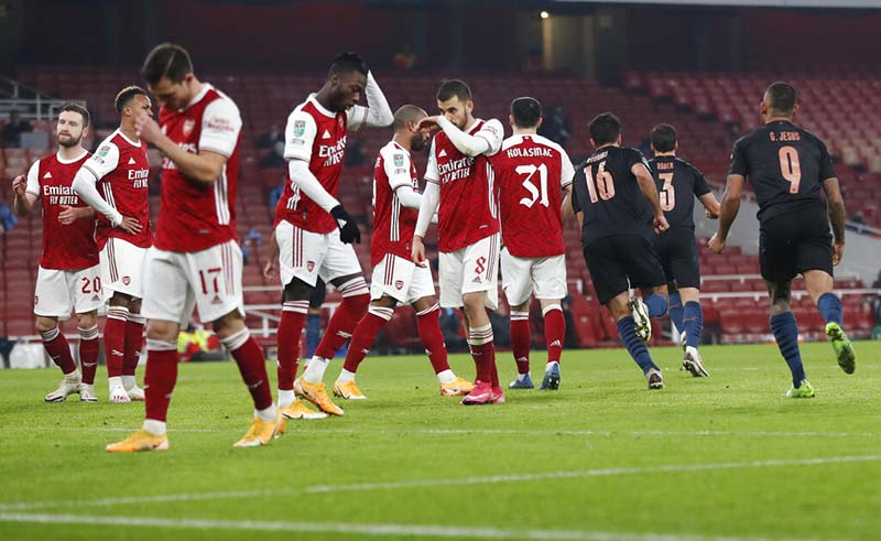 Arsenal players react after a goal from Manchester City's Riyad Mahrez, not pictured, during the English League Cup quarterfinal soccer match between Arsenal and Manchester City at Emirates Stadium, in London, on Tuesday, December 22, 2020. Photo: AP