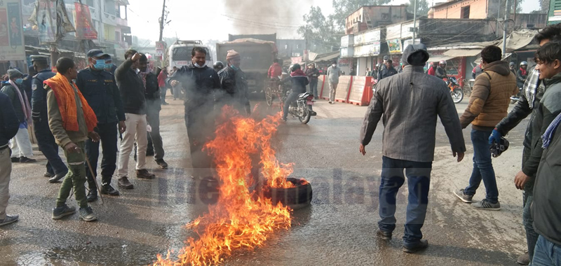 People associated with various political parties come to street, burning tire to show their dissatisfaction over the dissolution of parliament, in Bharat Chowk, Kalaiya, Bara, on Sunday, December 20, 2020. Photo:Pushpa Raj Khatiwada/THT