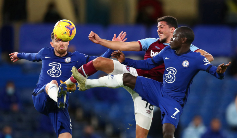 West Ham United's Pablo Fornals in action with Chelsea's N'Golo Kante and Jorginho during the Premier League match between Chelsea and West Ham United, at  Stamford Bridge, in London, Britain, on December 21, 2020. Photo: Pool via Reuters