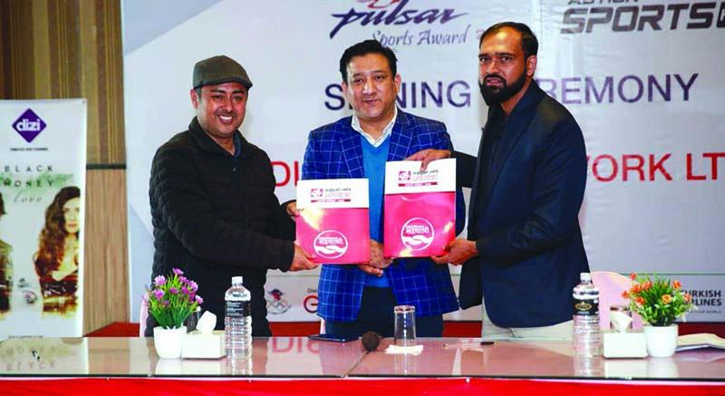 Dish Media Network Managing Director Sudeep Acharya (left) and NSJF General Secretary Prajwal Oli exchange the MoU at a signing ceremony in Kathmandu on Wednesday, December 23, 2020. Photo:u00a0THT
