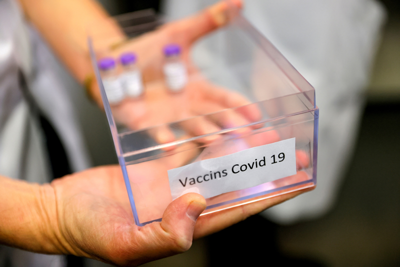 Doses of the Pfizer-BioNTech coronavirus disease (COVID-19) vaccine are prepared at the Rene-Muret hospital in Sevran, on the outskirts of Paris, France, December 27, 2020. Photo: Thomas Samson/Pool via Reuters