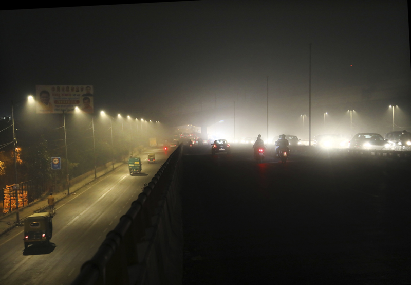 Commuters drive on a road engulfed in smog in New Delhi, India, Thursday, Nov. 5, 2020. Photo: AP
