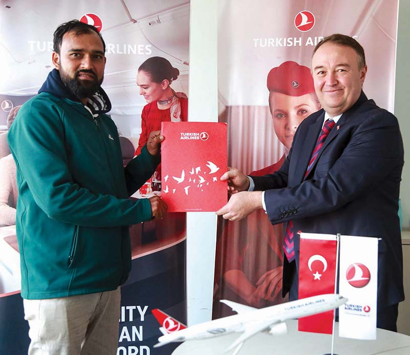 NSJF General Secretary Prajwal Oli and Turkish Airlines GM Abdullan Tuncer Kececi (right) exchanging the agreement papers in Kathmandu on Tuesday, December 22, 2020. Photo Courtesy: NSJF