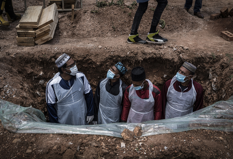 Members of the Saaberie Chishty Burial Society prepare the grave for the burial of a person who died from COVID-19 at the Avalon Cemetery in Lenasia, Johannesburg Saturday Dec. 26, 2020. Photo: AP