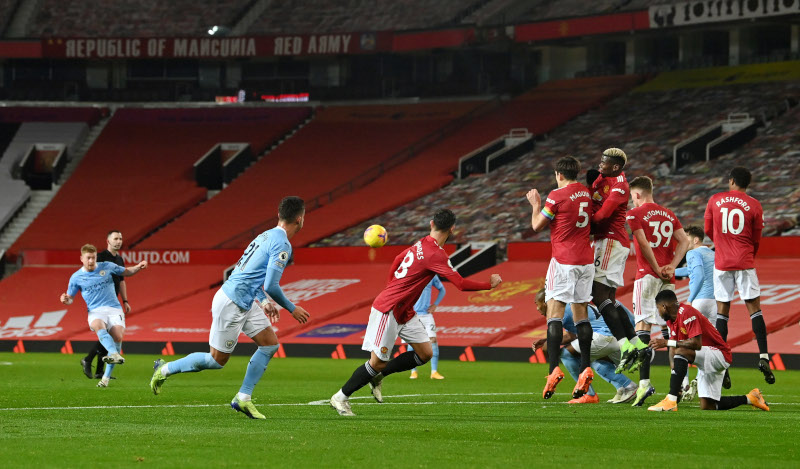 Manchester City's Kevin De Bruyne shoots at goal from a free kick during the Premier League match between the Manchester United and Manchester City, at Old Trafford, in  Manchester, Britain, on December 12, 2020. Photo: Pool via Reuters