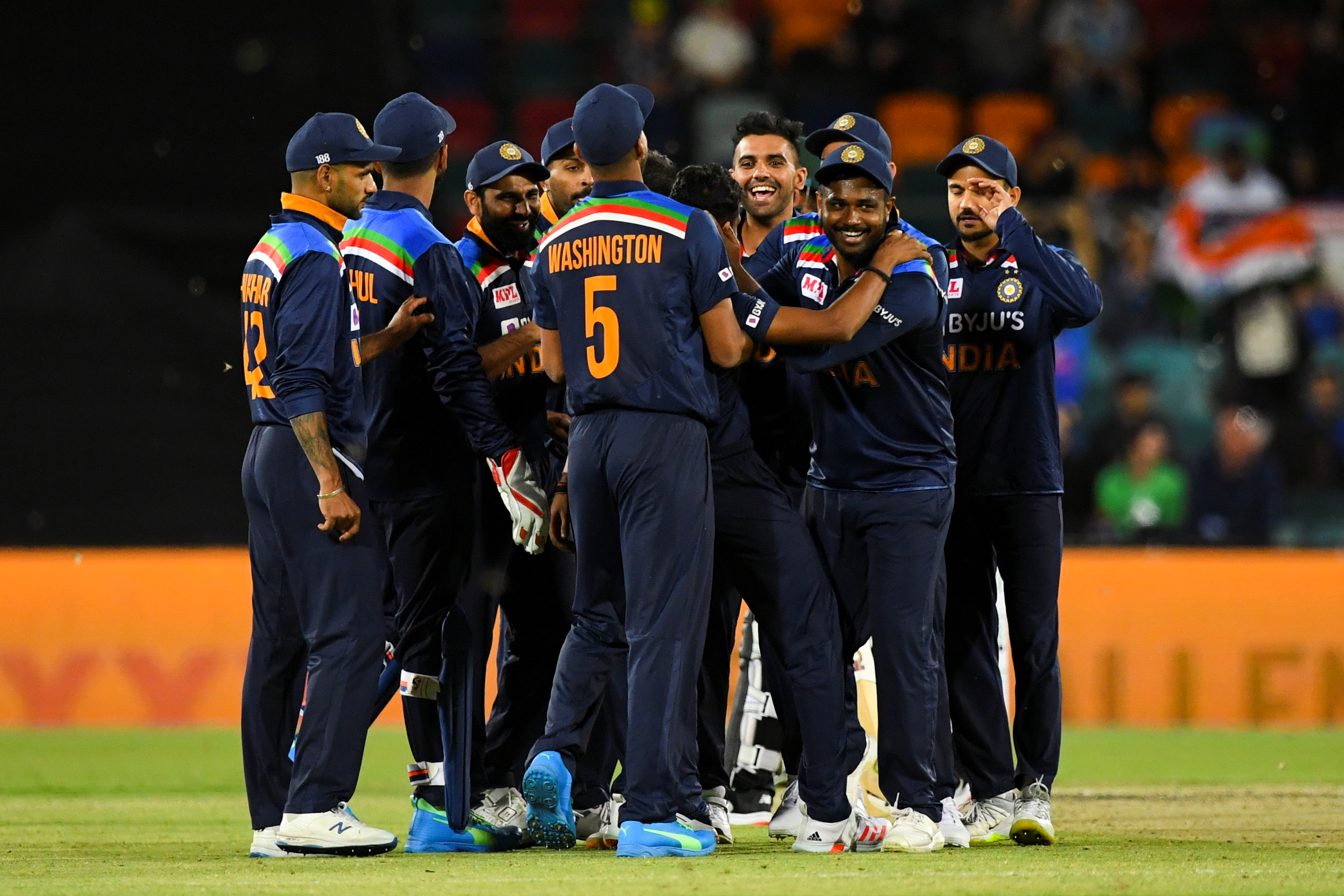 The Indian team celebrates the wicket of Glenn Maxwell of Australia during the first T20 cricket match between Australia and India at Manuka Oval in Canberra, Australia, December 4, 2020. Photo: Reuters