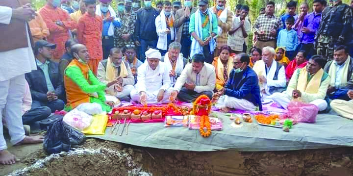 Nijgadh Municipality Mayor Suresh Khanal laying the foundation stone of a health facility along with other officials of the local body at a ceremony in Bara, on Monday. Photo: THT