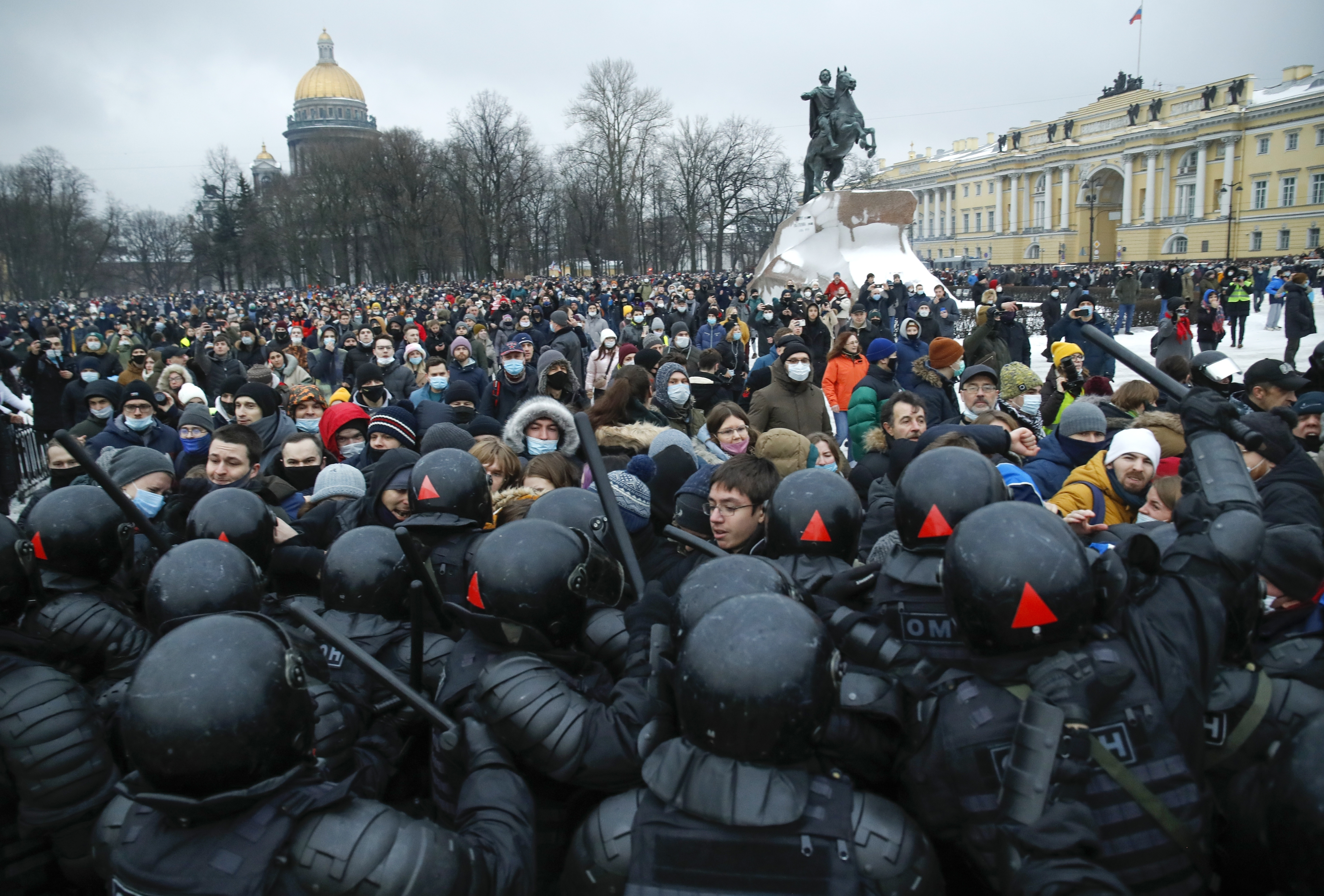 People clash with police during a protest against the jailing of opposition leader Alexei Navalny in St.Petersburg, Russia, Saturday, Jan. 23, 2021. Russian police on Saturday arrested hundreds of protesters who took to the streets in temperatures as low as minus-50 C (minus-58 F) to demand the release of Alexei Navalny, the country's top opposition figure. A Navalny, President Vladimir Putin's most prominent foe, was arrested on Jan. 17 when he returned to Moscow from Germany, where he had spent five months recovering from a severe nerve-agent poisoning that he blames on the Kremlin. Photo: AP