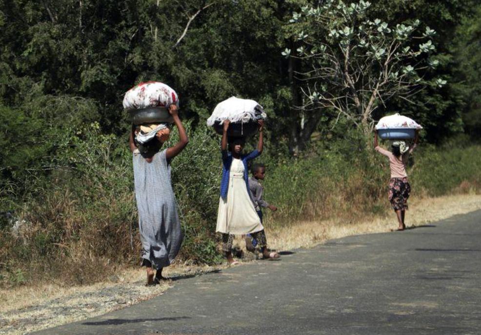 Girls carry laundry in Soroka town in Amhara region near a border with Tigray, Ethiopia November 9, 2020. Photo: Reuters