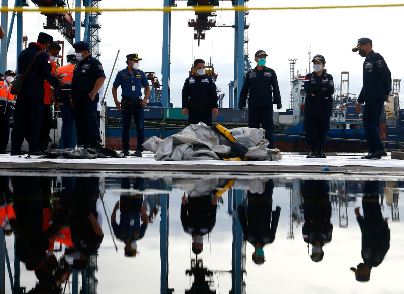 Indonesian rescue members carry what is believed to be the remains of the Sriwijaya Air plane flight SJ182 which crashed into the sea, at Jakarta International Container Terminal port in Jakarta, Indonesia, January 10, 2021. Photo: Reuters