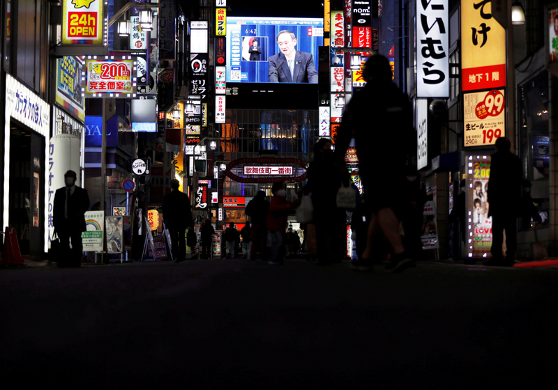 A large screen on a building shows live broadcast of Japan's Prime Minister Yoshihide Suga declaring a state of emergency for Tokyo and three neighbouring prefectures, amid the coronavirus disease (COVID-19) outbreak, in Tokyo, Japan January 7, 2021. Photo: Reuters/File