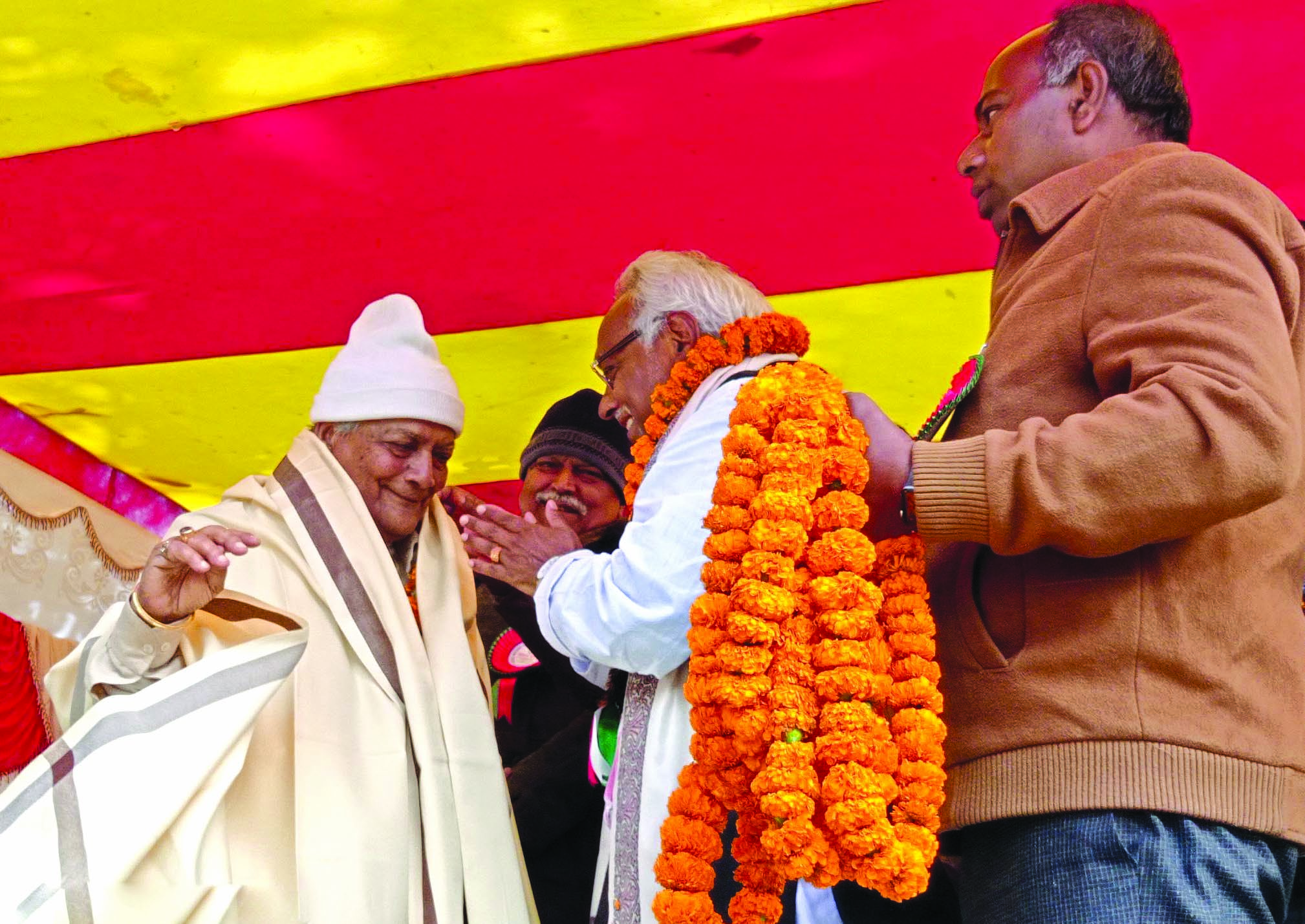 Senior Janata Samajbadi Party-Nepal leader Rajendra Mahato honouring Harekrishna Prasad Singh with a shawl on the occasion of 19th memorial of Gajendra Narayan Singh, in Rajbiraj, on Saturday. Photo: THT
