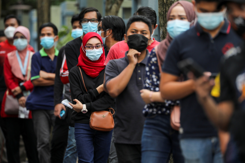 FILE PHOTO: People wait in line to be tested for the coronavirus disease (COVID-19) in Shah Alam, Malaysia January 7, 2021. Photo: Reuters